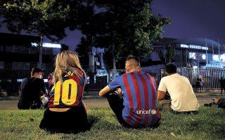 Φίλαθλοι της Μπαρτσελόνα περίλυποι έξω από το «Καμπ Νου», λίγο μετά την ανακοίνωση του «διαζυγίου» με τον Λιονέλ Μέσι (φωτ. REUTERS).