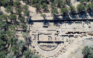 Το ενδιαφέρον σε αυτό το αρχαίο θέατρο του 3ου αι. π.Χ. είναι η σκηνοθήκη του. Οι παράλληλες αύλακες πάνω στις οποίες συρόταν η ξύλινη κινητή σκηνή για τις παραστάσεις της εποχής είναι εντυπωσιακές.