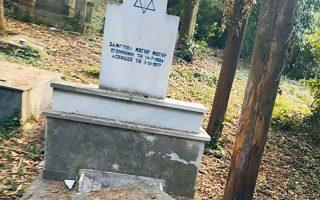 Ο τάφος στο νεκροταφείο Ιωαννίνων βρέθηκε ανοιχτός, με διάσπαρτα σπασμένα μάρμαρα και ξεκολλημένη την ταφόπλακα, σύμφωνα με το ΚΙΣΕ.