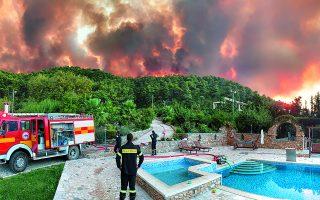 Από μέτωπο σε μέτωπο εθελοντές δασοπυροσβέστες συνέδραμαν την Πυροσβεστική στις προσπάθειες κατάσβεσης στην Αττική. Στις Αφίδνες τροφοδοτούσαν με νερό το όχημά τους από πισίνα σπιτιού για να αντιμετωπίσουν τις φλόγες. Φωτ. ΑΠΟΛΛΩΝ ΓΕΡΟΛΥΜΠΟΣ