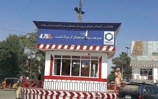 Πέρα από τη Σαρ-ε Πουλ, οι μαχητές έχουν πλέον τον έλεγχο των βορειο-δυτικών επαρχιακών πρωτευουσών της Ζαράντζ, του Σιμπιργκάν και του Ταλογκάν, ενώ την Κυριακή η σημαία των Ταλιμπάν κυμάτισε πάνω από την κεντρική πλατεία της πόλης Κουντούζ (φωτ. A.P. Photo/Abdullah Sahil).