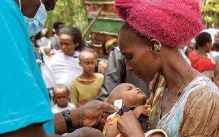 Στην Αφρική ο λιμός απειλεί την Αιθιοπία, που πλήττεται και από τις συγκρούσεις στο Τιγκράι. Ανθρωπιστικές οργανώσεις προσπαθούν να προσφέρουν ανακούφιση στον καταπονημένο λαό (φωτ. A.P. Photo / UNICEF).