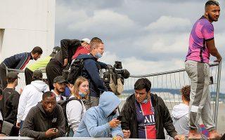 Οπαδοί της Παρί στο αεροδρόμιο, αναμένουν την άφιξη του Μέσι. Ο Αργεντίνος σταρ δεν αφίχθη χθες, κάτι που πρόκειται να γίνει σήμερα (φωτ. A.P.).