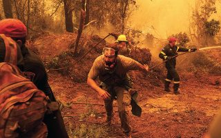 Παρά τις υπεράνθρωπες προσπάθειες των πυροσβεστών, των εθελοντών αλλά και των πολιτών, οι πυρκαγιές άφησαν πίσω τους την καταστροφή (φωτ. Alexandros Michailidis / SOOC).