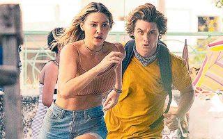 Μια παρέα νεαρών μπλέκει σε κυνήγι θησαυρού στην περιπετειώδη σειρά «Outer Banks» του Netflix.  ενώ άλλη παρέα νεαρών βρίσκεται εν μέσω.