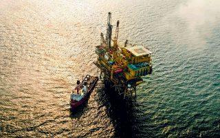 Το περασμένο έτος, η Κίνα αντιπροσώπευε το 1/6 της παγκόσμιας κατανάλωσης πετρελαίου και πάνω από το 70% αυτού του πετρελαίου προήλθε από εισαγωγές. Παράλληλα, σχεδόν το 1/5 της εγχώριας ζήτησης το κάλυψε από δικές της επενδύσεις σε υδρογονάνθρακες στο εξωτερικό (φωτ. A.P.).