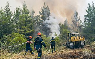 Στην Εύβοια, σύμφωνα με την Πυροσβεστική, επιχειρούσαν χθες περισσότεροι από 800 πυροσβέστες, συμπεριλαμβανομένων των επίγειων δυνάμεων που είχαν διατεθεί από έξι χώρες (φωτ. SOOC).