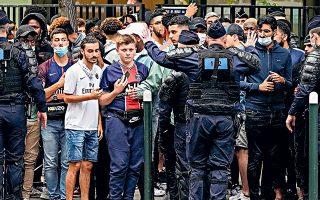 Η γαλλική αστυνομία προσπαθεί να κρατήσει τους οπαδούς της Παρί μακριά από το νοσοκομείο του Παρισιού, όπου ο Μέσι πέρασε χθες τις ιατρικές εξετάσεις του και κατόπιν υπέγραψε ηγεμονικό συμβόλαιο, με ετήσιες αποδοχές ύψους 35 εκατ. ευρώ (φωτ. AP Photo/Francois Mori).