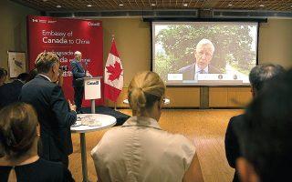 Ο Καναδός πρέσβης στην Κίνα, Ντομινίκ Μπάρτον, διαβάζει μέσω τηλεσύνδεσης την ανακοίνωση για την καταδίκη του Μάικλ Σπάβορ στην πρεσβεία (φωτ. A.P. Photo / Mark Schiefelbein).