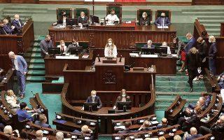 Με μόλις 231 βουλευτές στο 460μελές πολωνικό Κοινοβούλιο, η πλειοψηφία του κυβερνητικού σχήματος κρέμεται πλέον από μια κλωστή (φωτ. EPA/Wojciech Olkusnik POLAND OUT).