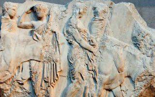 Ο πρώτος μήνας του αττικού ημερολογίου –ο δικός μας Ιούλιος περίπου– ονομαζόταν Εκατομβαιών, παραπέμποντας στον μεγάλο αριθμό ζώων που θυσιάζονταν στον Απόλλωνα. Τον ίδιο μήνα διεξαγόταν και η μεγάλη γιορτή της Αθηνάς, τα Παναθήναια.