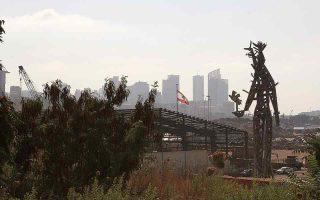 Στο λιμάνι της Βηρυτού έχει κατασκευαστεί ένα γιγάντιο γλυπτό από τα συντρίμμια της έκρηξης, ως φόρος τιμής στις οικογένειες των θυμάτων.