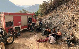 Πεζοπόρος ομάδα εθελοντών μαζί με επαγγελματίες πυροσβέστες, σε στιγμή ανάπαυλας έπειτα από επιτυχημένη επιχείρηση κατάσβεσης στο όρος Τσέρος, στην περιοχή Αγίου Νικολάου του Δήμου Ανατολικής Μάνης. Ο Γκολντάμερ επισημαίνει την ανάγκη εμπλοκής της κοινωνίας των πολιτών στην καταστολή των πυρκαγιών. (Φωτ. ΑΛΕΞΑΝΔΡΟΣ Ι. ΠΟΛΥΧΡΟΝΑΚΗΣ)