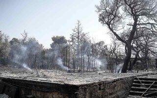 Ολοσχερώς κατεστραμμένο από τη φωτιά σπίτι στην ευρύτερη περιοχή της Πάρνηθας. Οι περιοχές όπου οι κατοικίες συνυπάρχουν με δάση ή δασική βλάστηση αποτελούν διαχρονικό δυσεπίλυτο πρόβλημα. (Φωτ. SOOC / ΝΙΚΟΣ ΠΑΛΑΙΟΛΟΓΟΣ)