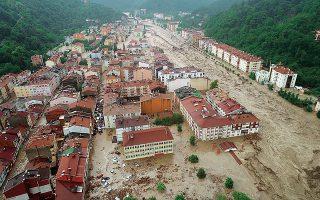 Αεροφωτογραφία με πλημμυρισμένα κτίρια στην Κασταμονή (φωτ. EPA/UMIT YORULMAZ).