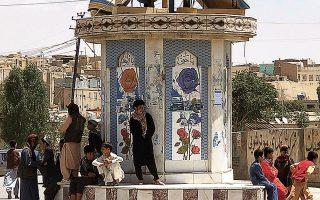 Η σημαία των Ταλιμπάν κυματίζει σε πλατεία της πόλης Γάνζι (φωτ. A.P. Photo/Gulabuddin Amiri).