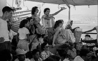 Στο κατάστρωμα του πλοίου «Δέσποινα», 1955.