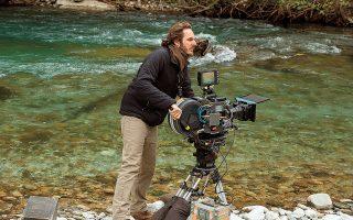 Ο σκηνοθέτης της ταινίας «Μπέκετ», Φερντινάντο Τσίτο Φιλομαρίνο, στην όχθη ποταμού στην Ηπειρο, όπου ξεκινάει η δράση της ταινίας.