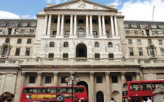 Το ΑΕΠ σε μηνιαία βάση αυξήθηκε κατά 1% εν συγκρίσει με το 0,8% που είχαν προβλέψει οικονομολόγοι, ενώ συνολικά για το δεύτερο τρίμηνο ο ρυθμός ανάπτυξης διαμορφώνεται πλέον στο 4,8%, προσεγγίζοντας το 5% της εκτίμησης της Τράπεζας της Αγγλίας.