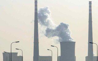 Οι παραγωγοί τρίτων χωρών θα πρέπει να καταβάλλουν την ίδια τιμή ανθρακούχων εκπομπών με τις εταιρείες της Ε.Ε. και δεν θα τυγχάνουν λιγότερο ευνοϊκής μεταχείρισης από τους εγχώριους παραγωγούς. (Φωτ. EPA)