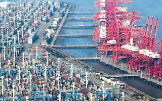 Η χωρητικότητα του λιμανιού της Νίνγκμπο-Ζουσχάν έχει μειωθεί κατά το 1/5, όπως και η κίνηση εμπορευματοκιβωτίων από και προς την Κίνα. Σύμφωνα με τη VesselsValue, παραμένουν ακινητοποιημένα στα λιμάνια ανά τον κόσμο περίπου 350 πλοία μεταφοράς εμπορευματοκιβωτίων, που μεταφέρουν σχεδόν 2,4 εκατ. εμπορευματοκιβώτια 6 μέτρων.