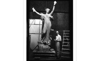 Ο γλύπτης Ντάνιελ Τσέστερ Φρεντς το 1914 στο ατελιέ του, δουλεύοντας πάνω στο «Πνεύμα της ζωής» με μοντέλο τη Χέτι Αντερσον. Φωτ. CHAPIN LIBRARY / WILLIAMS COLLEGE VIA NYT