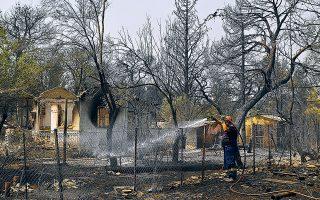 Οσοι δηλώσουν ολοσχερή καταστροφή της κατοικίας τους («κόκκινες»), με βάση και τη δήλωση του Ε9, θα λάβουν άμεσα 20.000 ευρώ, αν έχουν μεγάλες ζημιές, που καθιστούν τις κατοικίες προσωρινά μη κατοικήσιμες («πορτοκαλί»), 12.000 ευρώ, ενώ για μικρότερες ζημιές και κατοικήσιμες κατοικίες («πράσινες») προβλέπονται 5.000 ευρώ (φωτ. INTIME).