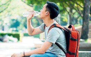Το εμφιαλωμένο νερό αποτελεί το μη αλκοολούχο ποτό με το μεγαλύτερο μερίδιο αγοράς στην Κίνα, 29%, με το τσάι μαζί με τον καφέ να υποχωρούν στη δεύτερη θέση με μερίδιο 23% (φωτ. SHUTTERSTOCK).