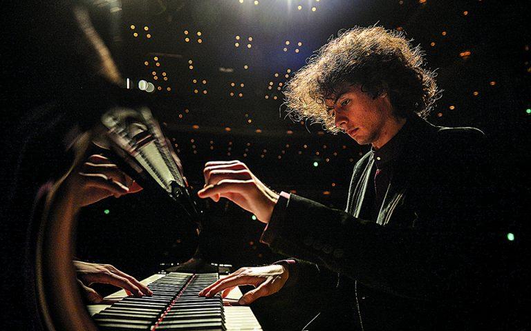 enas-eyfyis-nearos-pianistas-me-kallitechniki-eyaisthisia-561471175