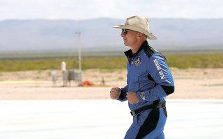 Η διαστημική εταιρεία Blue Origin, την οποία ίδρυσε ο Τζεφ Μπέζος, κατέθεσε αγωγή εναντίον της NASA για την εξ ολοκλήρου ανάθεση στη SpaceX του Μασκ της σύμβασης κατασκευής συστήματος προσσελήνωσης (φωτ. A.P. Photo/Tony Gutierrez).