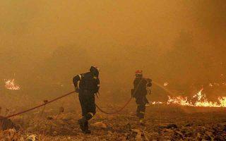 Εως αργά χθες το βράδυ, οι δυνάμεις της Πυροσβεστικής και της Αυτοδιοίκησης προσπαθούσαν να ανακόψουν τη φωτιά πριν αυτή προκαλέσει φθορές στα σπίτια του οικισμού. (Φωτ. SOOC)