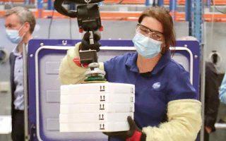 Για να υπερκεράσουν τις εφοδιαστικές δυσχέρειες, πολλές χώρες μεταφέρουν την παραγωγική διαδικασία εντός των συνόρων. Στη φωτογραφία, εργαζόμενη στη συσκευασία κουτιών με εμβόλια. (Φωτ. Stephanie Lecocq, Pool via A.P.)