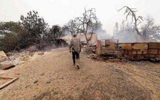 Η οικονομική ενίσχυση δίνεται σε νοικοκυριά και επιχειρήσεις που επλήγησαν από τις πυρκαγιές σε όλη την Ελλάδα από τις 27 Ιουλίου έως τις 13 Αυγούστου. (Φωτ. A.P. Photo/Thodoris Nikolaou)