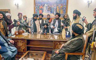 Ταλιμπάν, με τα οπλοπολυβόλα ανά χείρας, στο προεδρικό μέγαρο της Καμπούλ. Μια μεγάλη επιτυχία της Δύσης... (Φωτ. A.P. Photo / Zabi Karimi)