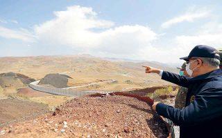 Ο Χουλουσί Ακάρ επιθεωρεί την πρόοδο των εργασιών στο τείχος. Θα έχει μήκος 295 χιλιομέτρων, ενώ η κατασκευή του είχε ξεκινήσει για να εμποδιστούν οι παράνομες διελεύσεις των μελών του PKK. (Φωτ. Arif Akdogan/Turkish Defence Ministry)