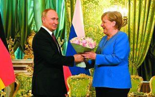 Ο Ρώσος πρόεδρος Βλαντιμίρ Πούτιν προσέφερε λουλούδια στην Αγκελα Μέρκελ κατά την υποδοχή της στη Μόσχα. Στο παρελθόν είχε συχνά εκφράσει τον σεβασμό και τον θαυμασμό του προς τη Γερμανίδα καγκελάριο, καθώς «κάνει μια ειλικρινή προσπάθεια για την επίλυση κρίσεων». Sputnik, Kremlin Pool Photo via A.P.