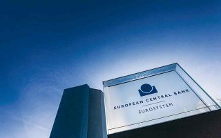 Στη σχετική γνωμοδότησή της η Ευρωπαϊκή Κεντρική Τράπεζα δεν παραλείπει να υπογραμμίσει και τους κινδύνους που συνεπάγεται η διαιώνιση και η μετάθεση του προβλήματος στο μέλλον.