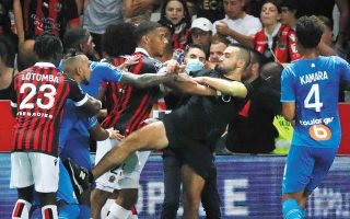 Η εισβολή των οπαδών της ομάδας της Νίκαιας στον αγωνιστικό χώρο για να επιτεθούν στους παίκτες της Μαρσέιγ προκάλεσε την οριστική διακοπή του αγώνα και ένα τσουνάμι αντιδράσεων σε όλη τη Γαλλία. (Φωτ. REUTERS / Eric Gaillard)