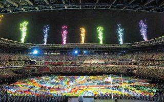 Σε ένα στάδιο άδειο από θεατές, ο αυτοκράτορας Ναρουχίτο κήρυξε την έναρξη των Παραολυμπιακών Αγώνων και αμέσως μετά η μουσική και τα χρώματα μετέτρεψαν το ολυμπιακό στάδιο σε έναν γιγαντιαίο πίνακα ζωγραφικής. (Φωτ. EPA / JOE TOTH)