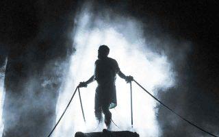 Ψηλός και επιβλητικός ο πρωταγωνιστής Γιάννης Στάνκογλου, έδωσε επί σχεδόν μιάμιση ώρα μια αφοσιωμένη και γεμάτη πάθος ερμηνεία. (Φωτ. ΠΑΤΡΟΚΛΟΣ ΣΚΑΦΙΔΑΣ)