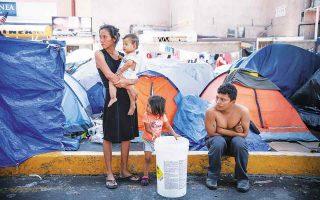 Το πρόγραμμα MPP οδήγησε εκατοντάδες οικογένειες που αιτούνταν άσυλο να μένουν σε σκηνές σε επικίνδυνες μεξικανικές πόλεις, εν αναμονή της ακρόασής τους στο αμερικανικό δικαστήριο μετανάστευσης. (Φωτ. AP Photo / Emilio Espejel)