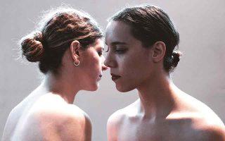 Ιωάννα Αποστόλου και Χριστίνα Ράινχαρτ σε στιγμιότυπο της παράστασης «Instar». (Φωτ. ΕΛΠΙΔΑ ΤΕΜΠΟΥ)