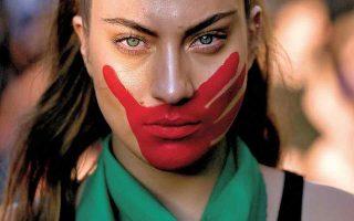 Γυναίκες σε όλο τον κόσμο διαδηλώνουν προσπαθώντας να ευαισθητοποιήσουν τις Αρχές, την κοινωνία, αλλά και τις ίδιες τις γυναίκες ως προς την παραδοχή, την καταγγελία και την αντιμετώπιση της σεξουαλικής επίθεσης. Σημαντική είναι η διάσταση της αποδοχής, καθώς μακροπρόθεσμα οι συνέπειες της άρνησης μπορεί να συντρίψουν το ίδιο το άτομο. (Φωτ. AP Photo/Esteban Felix)