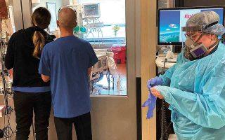 Το φράγμα των 100.000 ξεπέρασαν οι νοσηλευόμενοι στα νοσοκομεία των ΗΠΑ εξαιτίας της COVID, σύμφωνα με τα στοιχεία του αμερικανικού υπουργείου Υγείας, σημειώνοντας αρνητικό ρεκόρ οκταμήνου. (Φωτ. AP Photo/Andrew Selsky)