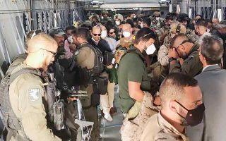 Η Ισπανία συνεχίζει την απομάκρυνση ανθρώπων από την Καμπούλ. Ο πρωθυπουργός Πέδρο Σάντσεθ είπε ότι η χώρα του θα συνεχίσει με διακριτικό τρόπο και τους επόμενους μήνες να προσπαθεί να απεγκλωβίσει Αφγανούς που είχαν συνεργαστεί με τις ισπανικές δυνάμεις την τελευταία εικοσαετία. Αλλά και οι Αμερικανοί επιτελείς επανέλαβαν χθες ότι οι πτήσεις απεγκλωβισμού θα συνεχιστούν έως την εκπνοή της προθεσμίας, την 31η Αυγούστου. (Φωτ. EPA / Spanish Ministry of Defense)