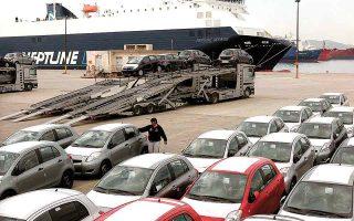 Εκπρόσωποι ελληνικών εταιρειών εισαγωγής αυτοκινήτων μιλούν για καθυστερήσεις έως και έξι μηνών, στους χρόνους παράδοσης των αυτοκινήτων, ενώ ήδη βλέπουν αυξήσεις στις τιμές τους κατά μέσον όρο 1%-2% φέτος. (Φωτ. AΠΕ)