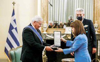 Στο πλαίσιο της επίσκεψής του στην Αθήνα, ο Ρόμπερτ Μενέντεζ έγινε δεκτός από την Πρόεδρο της Δημοκρατίας Κατερίνα Σακελλαροπούλου, η οποία του απένειμε τον Μεγαλόσταυρο του Τάγματος της Τιμής. (Φωτ. ΑΠΕ-ΜΠΕ)