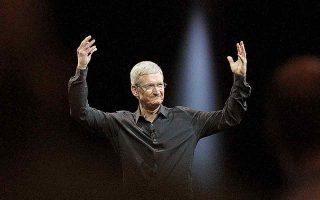 Υπό τη διοίκηση του Τιμ Κουκ η Apple εμφάνισε υπερδιπλάσια έσοδα, η τιμή της μετοχής της είχε απόδοση άνω του 1.100% και η χρηματιστηριακή αξία της υπερέβη τα 2 τρισ. δολάρια. Τέλος, παρά τις αστοχίες που υπήρξαν, η Apple επεκτάθηκε σημαντικά στις ψηφιακές υπηρεσίες. (Φωτ. A.P.)