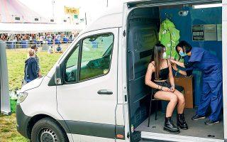 Εμβολιασμοί και για φίλους της ποπ μουσικής, πιο συγκεκριμένα στο διάσημο Φεστιβάλ του Ρέντινγκ, στη Βρετανία (φωτ. REUTERS).