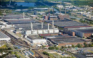 Tο εργοστάσιο της Volkswagen στο Βόλφσμπουργκ, το οποίο αποτελεί τον μεγαλύτερο εργοδότη στην Ευρώπη με προσωπικό 60.000 υπαλλήλων, λειτουργεί πλέον με μόνο μία βάρδια (φωτ. A.P.).